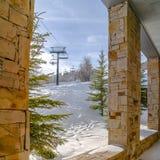 Sneeuwdielandschap van de portiek van de bouw wordt bekeken royalty-vrije stock fotografie