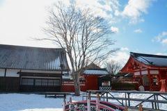 Sneeuwdorp en hemel stock afbeelding