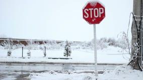 Sneeuweindeverkeersteken stock footage