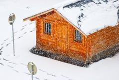 Sneeuwend en houten huis Royalty-vrije Stock Afbeelding