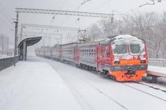 Sneeuwende en elektrische trein Stock Foto's