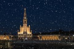 Sneeuwende nacht in het Heiligdom van Fatima, Portugal stock afbeelding
