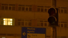 Sneeuwende Nachtverkeerslichten stock video