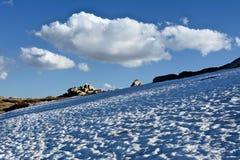 Sneeuwhelling in Sneeuwbergen royalty-vrije stock afbeeldingen