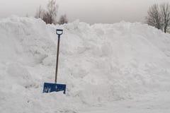Sneeuwheuvel en schop stock foto's