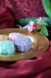 Sneeuwhuid Mooncake op Rode Achtergrond Stock Foto