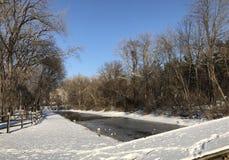 Sneeuwkanaalweg op een zonnige de winterdag Stock Afbeeldingen