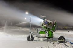 Sneeuwkanon bij nacht stock fotografie