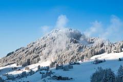 Sneeuwkanonnen op het werk Stock Afbeeldingen