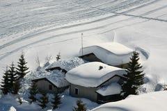 Sneeuwkappen op het dak Stock Foto's