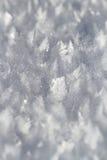 Sneeuwkristallen op sneeuw behandeld gebied Stock Foto's