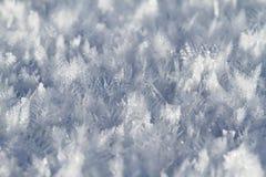 Sneeuwkristallen op sneeuw behandeld gebied Stock Foto