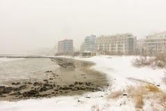Sneeuwkust van de Zwarte Zee aan Bulgaarse Pomorie, op 31 December Stock Fotografie