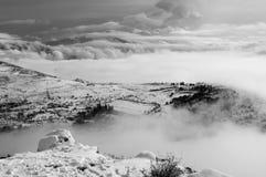 Sneeuwlandschap met mist Royalty-vrije Stock Afbeeldingen