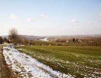 Sneeuwlandschap met rivier op de achtergrond Stock Foto