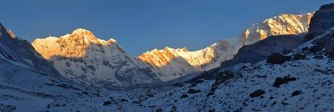 Sneeuwlandschapspanorama in de Bergen van Himalayagebergte Het Zuidenpiek van zonsopgangannapurna, Annapurna-Basiskamp stock afbeeldingen