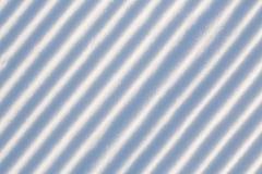 Sneeuwlijnen van een sneeuwmachine worden gemaakt op een skihelling die Stock Foto's