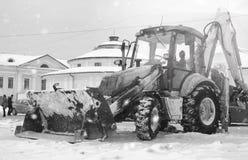 Sneeuwmachine met een stad van de emmer openluchtstraat Stock Afbeelding