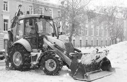 Sneeuwmachine met een stad van de emmer openluchtstraat Royalty-vrije Stock Foto's