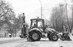 Sneeuwmachine met een stad van de emmer openluchtstraat Royalty-vrije Stock Afbeelding