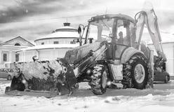 Sneeuwmachine met een stad van de emmer openluchtstraat Stock Afbeeldingen