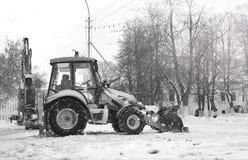 Sneeuwmachine met een stad van de emmer openluchtstraat Stock Fotografie