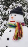 Sneeuwman in bos Stock Afbeeldingen