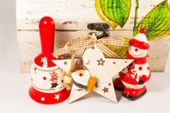 Sneeuwman, de ster van de Kerstman, klok en houten doos, concept Vrolijke Kerstmis en Gelukkig Nieuwjaar Royalty-vrije Stock Afbeeldingen