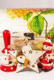 Sneeuwman, de ster van de Kerstman, klok en houten doos, concept Vrolijke Kerstmis en Gelukkig Nieuwjaar Royalty-vrije Stock Afbeelding