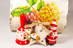 Sneeuwman, de ster van de Kerstman, klok en houten doos, concept Vrolijke Kerstmis en Gelukkig Nieuwjaar Royalty-vrije Stock Foto