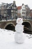 Sneeuwman dichtbij het kanaal en brug in Amsterdam Royalty-vrije Stock Foto's