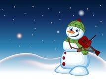 Sneeuwman die met hoed, groene sweater en groene sjaal de viool met ster, hemel en sneeuwheuvelachtergrond spelen voor uw ontwerp Royalty-vrije Stock Foto's