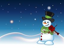 Sneeuwman die met hoed, groene sweater en groene sjaal de viool met ster, hemel en sneeuwheuvelachtergrond spelen voor uw ontwerp Royalty-vrije Stock Fotografie