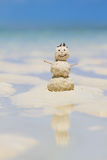 Sneeuwman die van zand op strand wordt gemaakt Royalty-vrije Stock Afbeeldingen