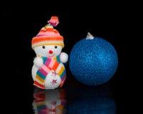 Sneeuwman en blauwe Kerstmisbal Royalty-vrije Stock Afbeeldingen