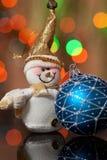 Sneeuwman en het stuk speelgoed van Kerstmis Royalty-vrije Stock Afbeeldingen