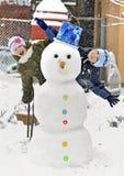 Sneeuwman en jonge geitjes Stock Foto