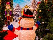 Sneeuwman en Kerstman` s Helpers die op Kerstman wachten royalty-vrije stock foto's