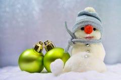 Sneeuwman en Kerstmisballen Royalty-vrije Stock Afbeeldingen