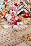 Sneeuwman en Kerstmisdecoratie Stock Afbeeldingen
