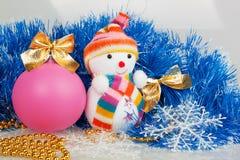 Sneeuwman en roze Kerstmisbal Stock Foto