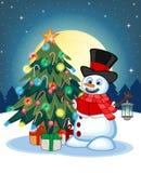 Sneeuwman met een lantaarn en het dragen van een hoed, rode sweater en een rode sjaal met Kerstboom en Volle maan bij Nachtachter Royalty-vrije Stock Afbeeldingen