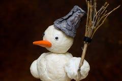 Sneeuwman met in hand bezem Royalty-vrije Stock Afbeelding