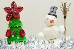 Sneeuwman met in hand bezem Stock Afbeeldingen