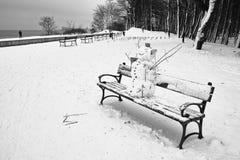Sneeuwman op de bank. Stock Fotografie