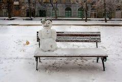 Sneeuwman op de bank Stock Foto