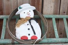 Sneeuwman op een ladder stock afbeeldingen
