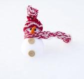 Sneeuwman op sneeuwachtergrond Royalty-vrije Stock Afbeelding
