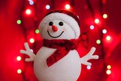 Sneeuwman op voorzijde van rode bokeh Royalty-vrije Stock Fotografie