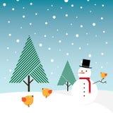 Sneeuwman, sneeuw, naaldboombomen en oragne vogels Stock Afbeeldingen